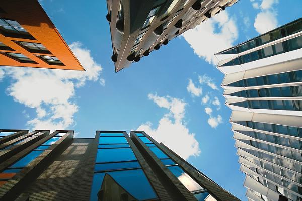 szczyty wieżowców w mieście z perspektywy pieszego zadzierającego głowę do góry. e-Estonia