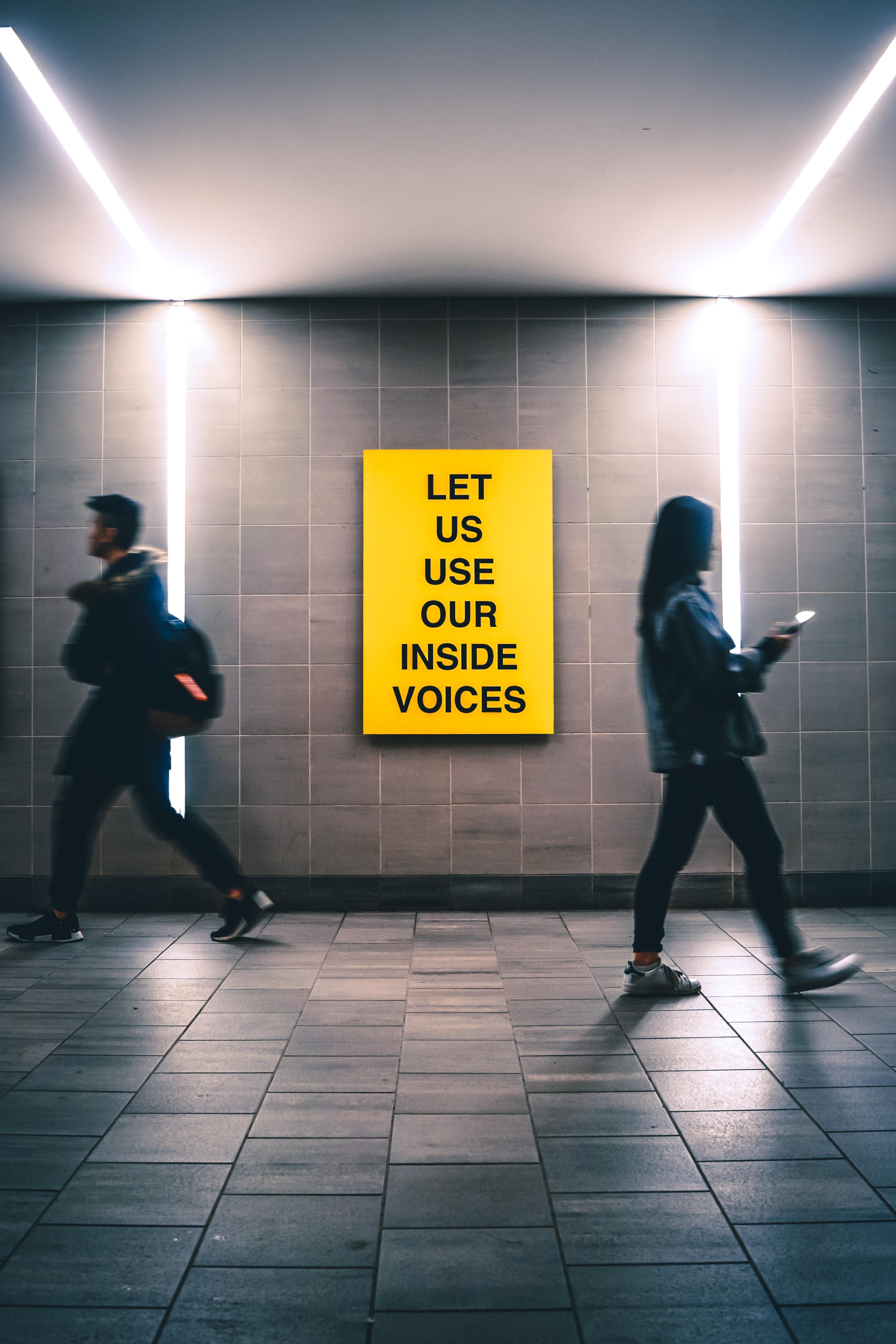 Żółty plakat